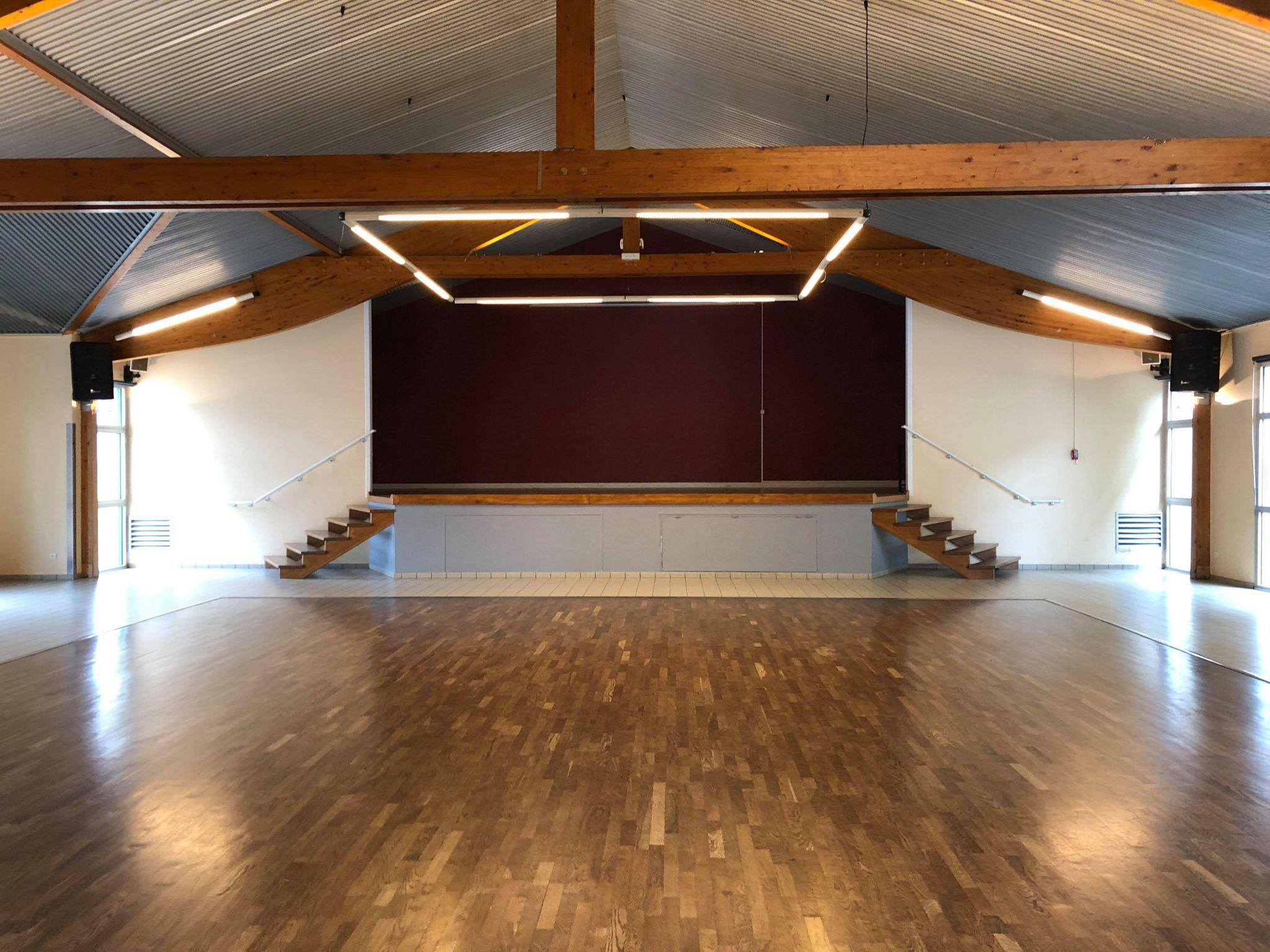 Salle principale avec parquet de danse